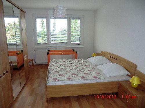 Schlafzimmer mit Doppel- und Kinderbett